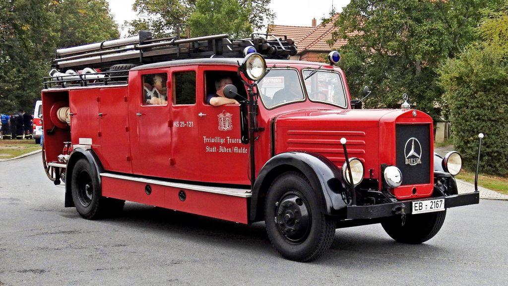 Genieten tijdens een tocht in een oude brandweerauto.
